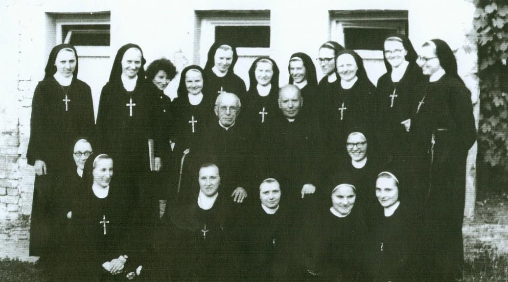 1972r. wsród Sióstr Zgromadzenia, które założył (Zgromadzenie Sióstr Jezusa Milosiernego)